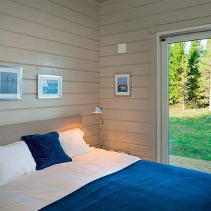 chambre des parents en bois sur les archipels du Turku