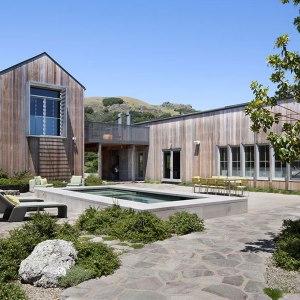 Ranch moderne en bois avec piscine designed by Turnbull Griffin Haesloop