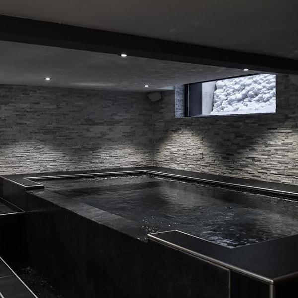 piscine intérieure dans chalet