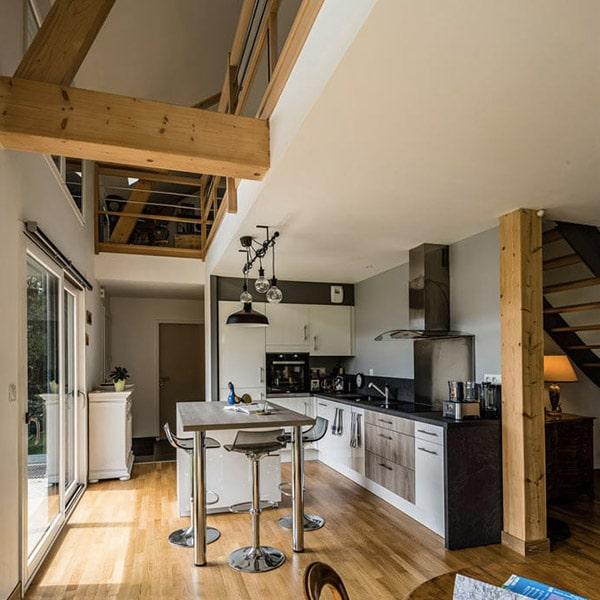 cuisine ouverte moderne dans maison bois
