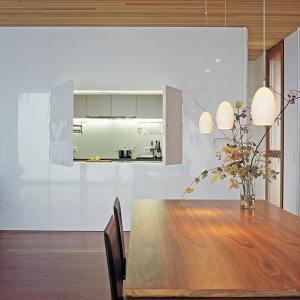 salle à manger au parquet dans maison bois