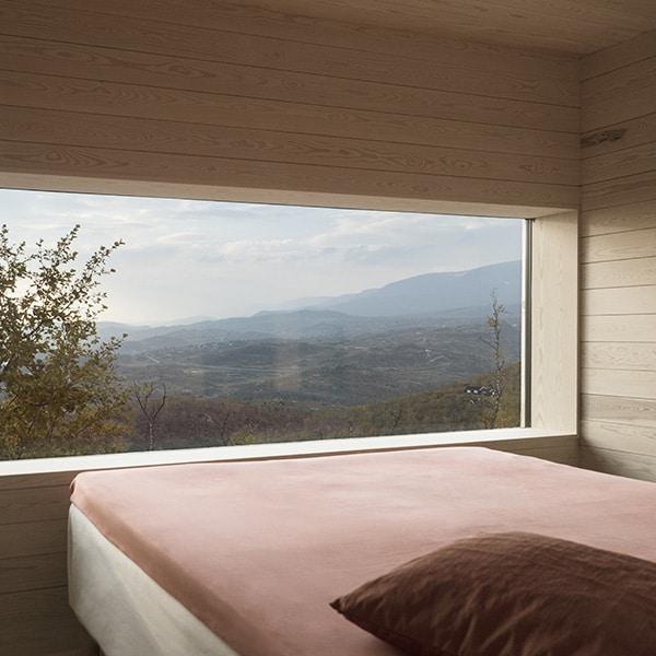 chambre des parents en bois dans maison bois en norvège