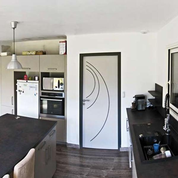 cuisine ouverte moderne d'une maison bois dans le Gers