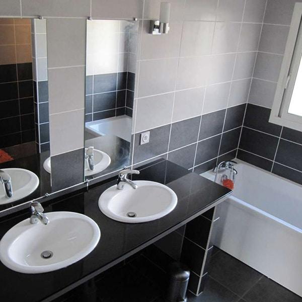 salle de bains au pierre avec baingoire d'une maison bois