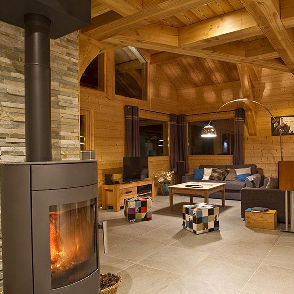 séjour en bois avec cheminée d'une maison bois