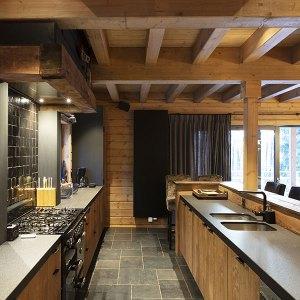 cuisine ouverte en bois dans maison bois à Belgique