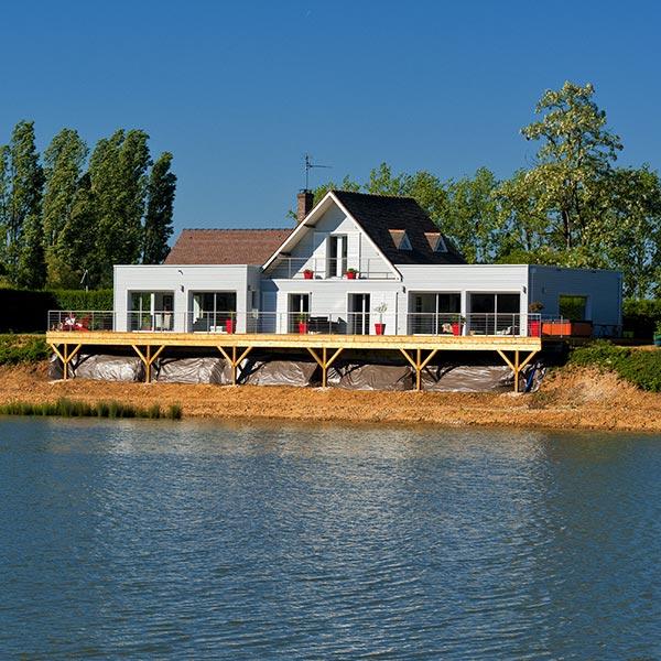 Maison bois au bord d'un lac