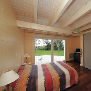 chambre des parents au parquet d'une maison bois familial