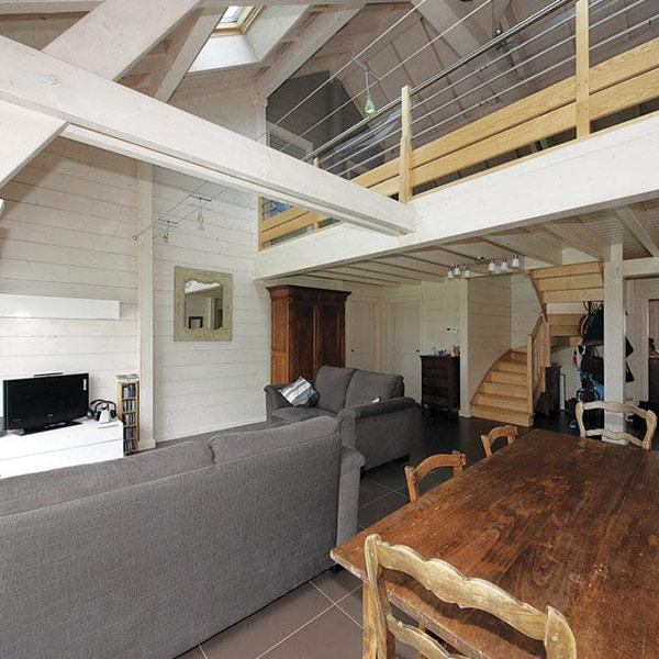 aménagement intérieur d'une maison en bois près de la capitale