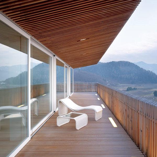 une terrasse en bois avec une vue magnifique