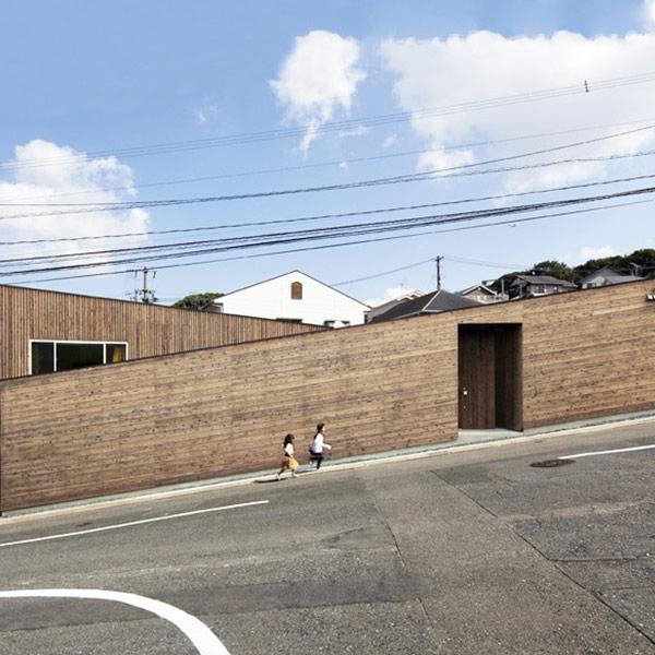 maison en bois inclinée au Japon