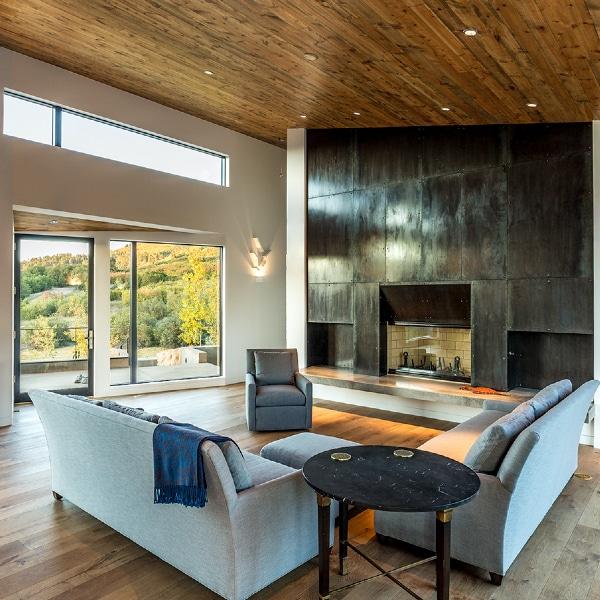 séjour au parquet et cheminée d'une maison longue en bois aux États-Unis