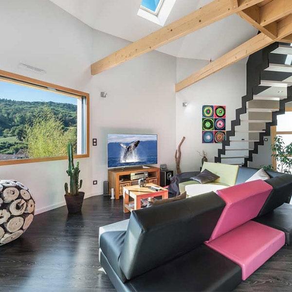 séjour en parquet avec escaliers en bois dans petite maison bois