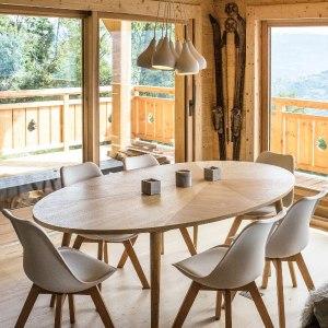 table à manger avec vue magnifique dans maison bois