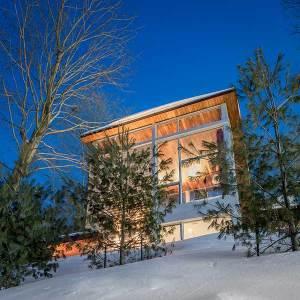 Une maison de montagne en bois dans la poudreuse