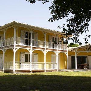 maison de style colonial est livrée en kit et se met en place très rapidement