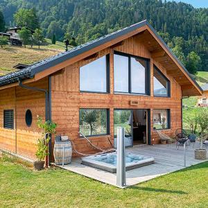 Maison rectangulaire bioclimatique en Cèdre avec terrasse