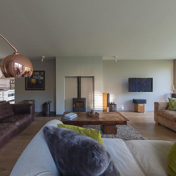 Salon d'une architecture en bois