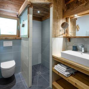 salle de bains avec dalles de pierre dans chalet confortable