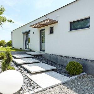 entrée moderne avec des plaques de pierre blanche
