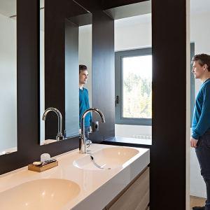 salle de bains moderne dans maison bois