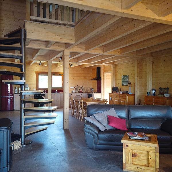 salon avec galerie en bois