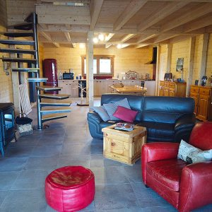 salon avec cuisine ouverte en bois