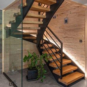 escaliers en bois et des lumières LED dans un chalet en bois