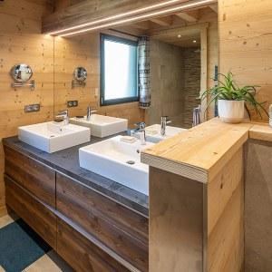 salle de bains en bois dans chalet en bois à La Bresse