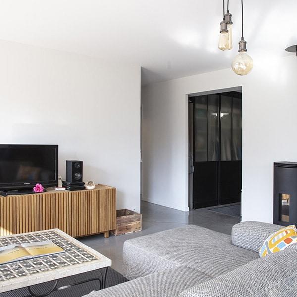 salon avec canapé dans maison bois