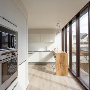 cuisine blanche ouverte dans maison extension