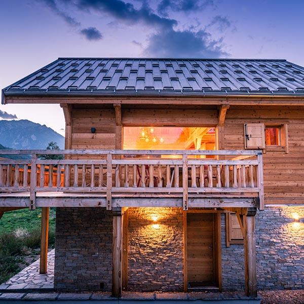 maison bois en type chalet en poteaux-poutres douglas avec terrasse - chalets lombard vasina