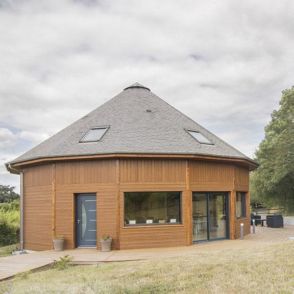 jolie maison ronde en bois du cèdre