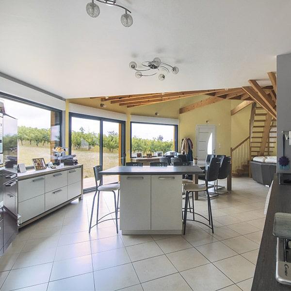 Salle à manger design avec cuisine design dans une maison ronde en bois
