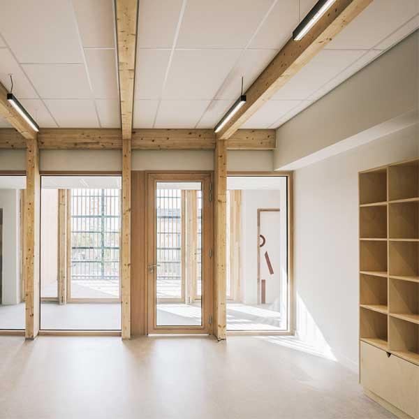Intérieur et mobilier bois de l'école Simone de Beauvoir à Drancy © Charly Broyez