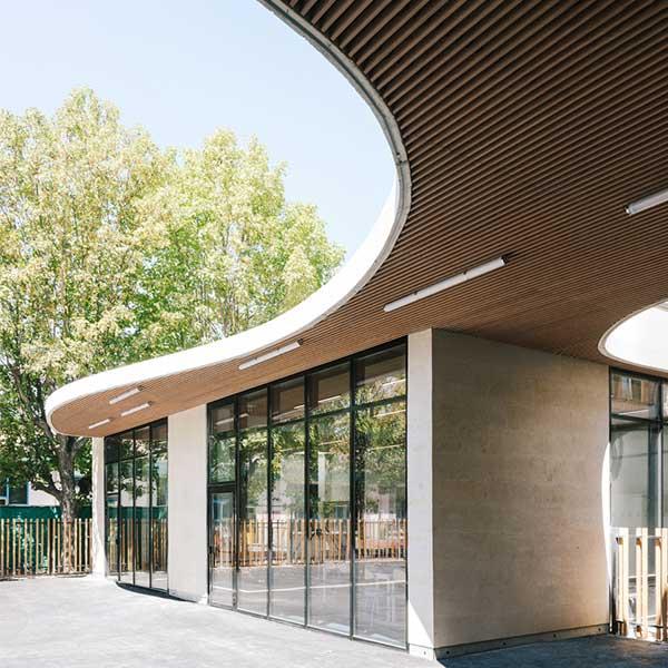 La cour du groupe scolaire en bois Simone de Beauvoir des agences Daudré-Vignier & associés et Bond Society à Drancy © Charly Broyez