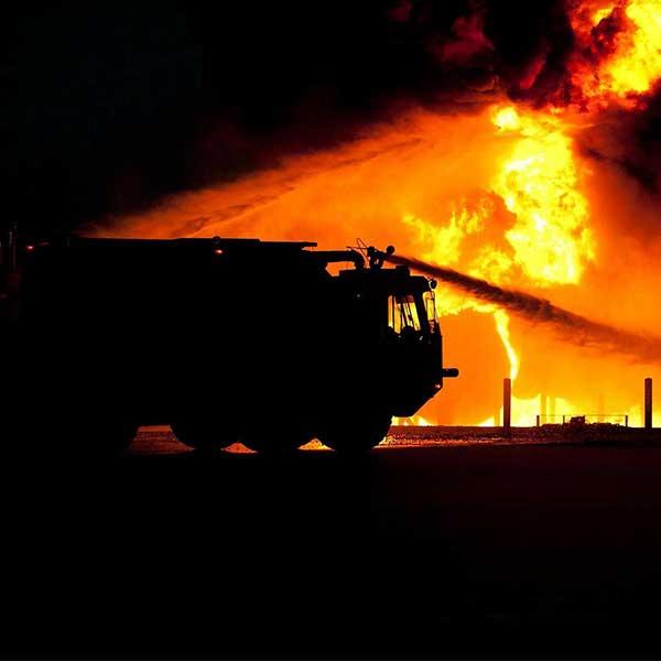 Intervention des pompiers lors d'un incendie de maison bois © David Mark de Pixabay