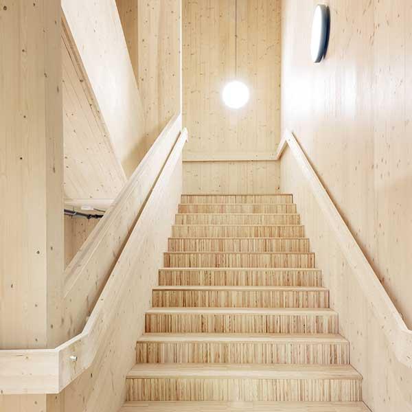 Le centre culturel Sara en Suède est construit avec des colonnes et des poutres en bois lamellé-collé et des noyaux et des murs en CLT © Patrick Degerman