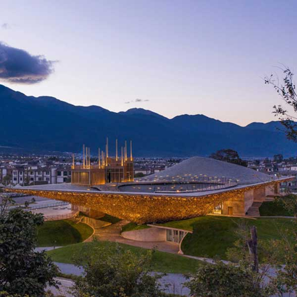 Le Performing Arts Center, à Dali, en Chine © Jin Weiqi