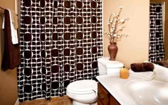 safari style bathroom with earth tone