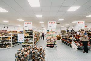 Salima. Herinrichting en uitbreiding met 340 m2 van een winkel aan het Mathenesserplein Rotterdam 2017. Met minimale middelen gezocht naar een lichte en mediterrane uitstraling. Foto Eva Bloem.