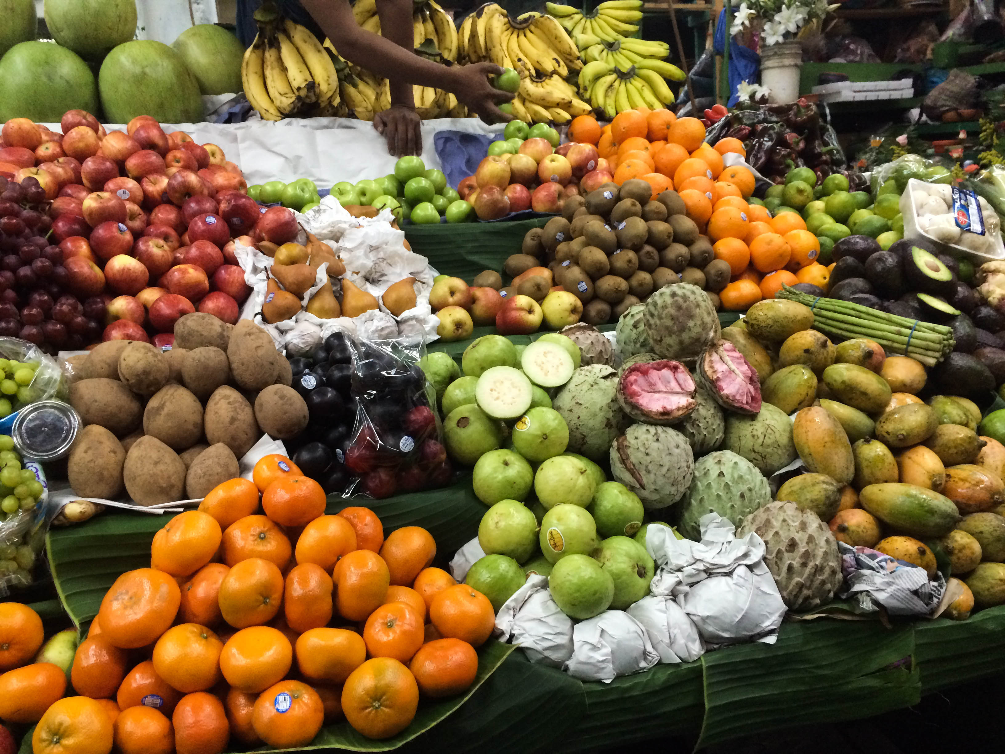 If you're looking to eat cheaply on your trip, here are some great ways to eat on a budget while traveling!