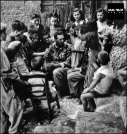 Niños rodean a un soldado norteamericano. 1943