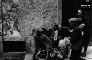 1943, soldado auxilia a un hombre