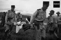 Sanitarios franceses llevan a un herido a un helicóptero de rescate