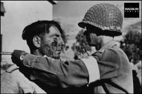 Médico estadounidense trata a un soldado alemán herido. 1943