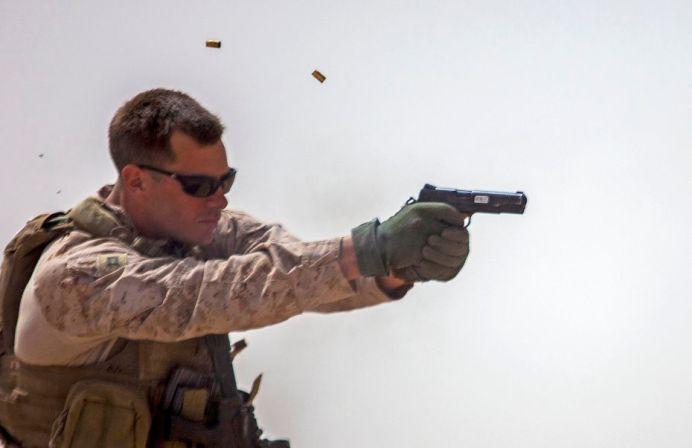 soldado americano con colt 45 m1911
