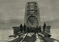 Puesto de vigilancia en un puente ferroviario sobre el río Amur.