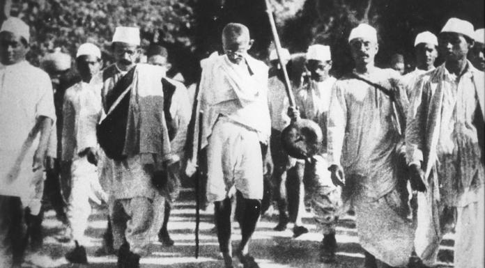 Gandhi y otros Satyagrahis durante la marcha de la sal