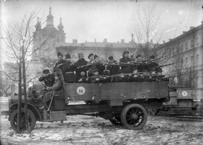 Un regimiento de la Guardia Roja en Smolny, la sede bolchevique